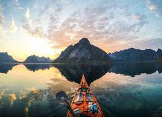 Depuis 3 ans, Tomasz Furmanek parcourt les fjords de Norvège à bord de son kayak. Armé de sa GoPro, il capture son péripleet nous dévoile de magnifiques clichés, à découvrir ci-dessous.