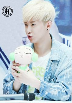 Yixuan imitating his doll