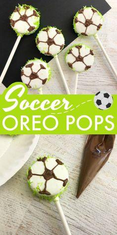 Soccer Oreo Pops - Fun Team Snack for the Soccer Team These Soccer Oreo Pops make a great team snack! These are a definite soccer mom win. Kids Soccer Snacks, Soccer Treats, Sports Snacks, Team Snacks, Easy Snacks For Kids, Cute Snacks, Sports Food, Class Snacks, Kids Sports