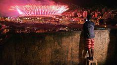 FIN DE RÊVE    Comme lors de la cérémonie d'ouverture les enfants des favelas de Rio ont pu admirer la cérémonie de clôture depuis les hauteurs ici dans la favela de Mangueira. Retour à la réalité pour un pays où crise politique et récession économique risquent de redevenir les principales préoccupations de nombreux Brésiliens. Source: www.lefigaro.fr  via Instagram http://ift.tt/2bqACRq  A la une Actualité