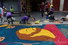 中米グアテマラの首都グアテマラ市(Guatemala City)旧市街の通りで、路上に「世界最長のおがくずのカーペット」を制作するボランティア(2014年4月17日撮影)。(c)AFP/Johan ORDONEZ ▼18Apr2014AFP|世界記録達成、全長2000メートル「おがくずカーペット」 http://www.afpbb.com/articles/-/3012971 #Guatemala