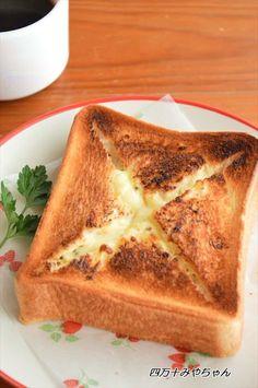 サクサクのトーストの中に とろとろのチーズがたっぷりと入っていてサクッとかぶりつくと とろとろのチーズがあふれ出しますチーズ好きには たまらないトーストこれ1枚で 結構なボリュームなので 朝食だけでなくブランチにも いいですよ~粗びき黒コショウは お好みで調整し