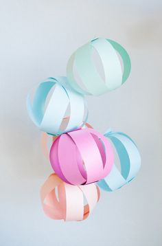 DIY: paper party balls- M-Fest! Diy Projects To Try, Craft Projects, Paper Balls, Silvester Party, Diy Papier, Paper Crafts, Diy Crafts, Diy Party, Party Ideas