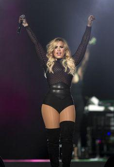 Demi Lovato Performing in Mexico City Demi Lovato Hair, Demi Lovato Body, Demi Lovato Style, Hottest Female Celebrities, Celebs, Demi Love, Demi Lovato Pictures, Mode Blog, Fashion Videos