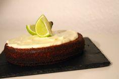 En lille lækker kage med et strejf af sommer, inden julen og alle de dejlige krydderier for alvor overtager køkkenet. Denne kage minder lidt om en mazarinkage, men smager skønt af lime. Den er lave...