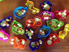 Gevonden op www.facebook.com/Ideefje: Traktatie en speeltje (zandbakvormpje) ineen. Je kunt de bakjes op het kinderdagverblijf vullen of ze in diepvrieszakken (hygiënischer en sneller dan cellofaan) doen en dichtbinden met een feestelijk lint. Een kaartje eraan maakt de traktatie af. Je kunt er eventueel ook nog met een wasknijper klein velletje stickers aan bevestigen.