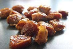 www.gesunde-erbsen.com/lieber-gesuender-datteln-naschen Healthy Food, Healthy Recipes, Pretzel Bites, Sausage, Garlic, Bread, Vegetables, Dried Dates, Traditional Chinese Medicine