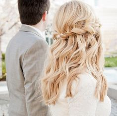 The dreamiest twisted half updo for you Fall wedding.