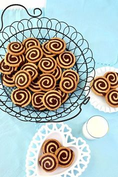 Tutorial for great chocolate pinwheel cookies. A delicious recipe that combines the wonderful flavors of vanilla and chocolate in a cookie swirl. Christmas Cooking, Christmas Desserts, Giant Cookie Recipes, Just Desserts, Dessert Recipes, Biscuits, Pinwheel Cookies, Chocolate Cookies, Chocolate Swirl