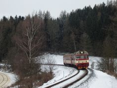 854 015-5 v čele spěšného vlaku č. 1809 přijíždí do Horní Branné.