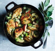 Kyllingegryde med bladselleri, æbler og druer | Spis Bedre