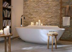 Kerzen sind auch im Bad wahre Stimmungsmacher. Wer auf Nummer sicher gehen will, setzt auf Echtwachskerzen mit LED-Lichtern (z.B. von www.kleinundmore.de).