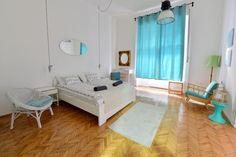Helles Schlafzimmer in weiß und türkis. Neu-renoviertes Zimmer, zentrale Lage in…