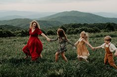 Blue Ridge Mountain Family Photoshoot at Max Patch near Asheville, North Carolina Family Portrait Poses, Family Picture Poses, Family Photo Sessions, Family Posing, Family Photoshoot Ideas, Fall Family Pictures, Beach Portraits, Family Pics, Christmas Pictures