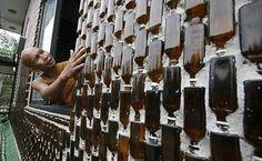 стена из стеклянных бутылок