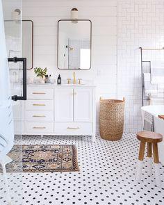 "2,445 curtidas, 98 comentários - Audrey Crisp (@audreycrispinteriors) no Instagram: ""Okay, wow! I LOVE Erin's bathroom makeover! Great job @sunnycirclestudio Swipe for more stunning…"""