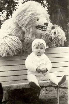sneak attack (why do dads think this is funny? Funny Vintage Photos, Vintage Humor, Vintage Photographs, Weird Vintage, Pedobear, Sneak Attack, Retro Kids, Favim, Funny Kids