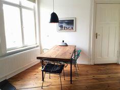 Schöne Idee für den Essbereich: großes Holzesstisch am Fenste rmit verschiedenen bunten Stühlen. #Holztisch #Massivholz #Dielen #Berlin