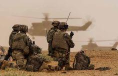 Au cours de l'opération Netero, conduite du 24 juin au 9 juillet 2013 dans la région Est de Gao, le groupement aéromobile (GAM) a été engagé pour mener une opération héliportée visant à boucler l'ensemble de la zone de fouille. Déployant plus de 600 militaires de la force Serval, cette opération avait pour objectif la reconnaissance et le contrôle d'une zone couvrant plus de 10 000 km² dans le but de détruire et désorganiser les réseaux terroristes. Crédit : EMA / armée de Terre Military Weapons, Military Life, Belle France, Chihuahua Mexico, French Foreign Legion, French Army, Modern Warfare, Police, World History
