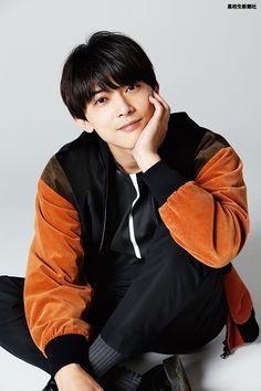 ヘアメーク:内山多加子(Commune)スタイリスト:荒木大輔「銀魂」や「トモダチゲーム」といった人気漫画の実写映画などで活躍する若手俳優の吉沢亮さん。実は高校時代は「俳優の仕事を辞めたい」と思い詰め Male Pose Reference, Ryo Yoshizawa, J Star, Asian Love, Japanese Boy, Handsome Actors, Fashion Poses, Male Poses, Boy Photos