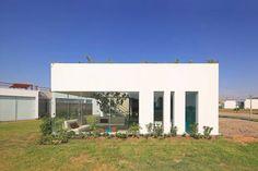 Gehen Farbigkeit und moderne Architektur eigentlich zusammen? Auf jeden Fall! In diesem Haus finden wir cooles Design gepaart mit knalligem Türkis und Rot.