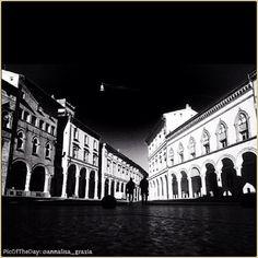 """""""È proprio quando credete di sapere qualcosa che dovete guardarla da un'altra prospettiva"""" La #PicOfTheDay #turismoer di oggi coglie """"L'Attimo Fuggente"""" di #PiazzaSantoStefano, #Bologna. Complimenti e grazie a @annalisa_grazia / #PicOfTheDay #turismoer Discovering new perspectives of #SantoStefano #Square, #Bologna. Congrats and thanks to @annalisa_grazia"""