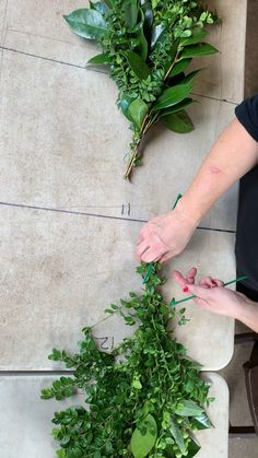 DIY tutorial on finishing ends on your garlands. By using zip ties and splitting your garland in half, you can create your finished garland on site. flowers decoration videos DIY-Want finished ends on your garland? Diy Wedding Garland, Diy Garland, Diy Wedding Flowers, Diy Wedding Decorations, Diy Flowers, Table Garland, Floral Garland, Garland Of Flowers, Weding Decoration