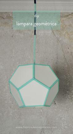 Lámpara de techo geométrica. Aprende a hacer una lámpara geométrica con papel y washi tape siguiendo este tutorial diy paso a paso.