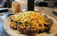 Spaghetti alle vongole - Preparare gli spaghetti alle vongole è molto semplice. Tuttavia bisogna avere delle piccole accortezze per non pregiudicare la perfetta riuscita del piatto, come filtrare l'acqua di cottura delle vongole, che potrebbe essere piena di sabbia.