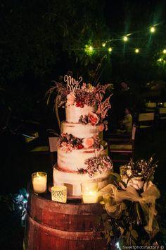 Torta nuziale a piani con decorazioni floreali #matrimonio #nozze #sposi #sposa #caketopper #tortanuziale #tendenzematrimonio #tradizione #ricevimento #wedding #weddingideas