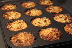 """Potatismuffins består av riven potatis blandat med bl.a grädde, vitlök och ost och gräddas i en smord muffinsplåt. Resultatet blir en """"muffi..."""