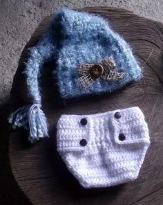 Conjunto de Tapa fralda e gorro confeccionados em crochê.  detalhes - botões e juta  cor - branco e mescla azul  tamanhos - RN/ 1 a 3 / 3 a 6 meses R$ 69,90