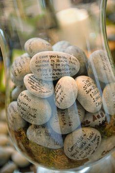Esta coleção de pedra em um frasco foi usado como um único casamento livro de visitas. Os hóspedes que escrevem seus desejos de melhoras para o casal casado em uma pedra lisa, em seguida, colocá-los no vaso de vidro. Mas essa idéia poderia facilmente ser usado para lembrar suas viagens também. Pegue uma pedra de cada cidade que você visitar e escrever a sua memória favorita ou citação da viagem, bem como as datas. Plunk-los em um pote e assistir sua coleção crescer. Fonte: Luminaire Foto