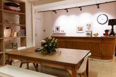 Vous saurez tout! voici où nous nous retrouvons chaque midi, et pour chaque réunion, comme une table de famille. Vous êtes toujours les bienvenus pour passer prendre le café :) www.maisongaja.com