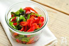 味付けが塩昆布だけの簡単常備菜のレシピ。シンプルだけどクセになる美味しさです。余ったピーマンを消費したいときにもオススメ。レシピでは、赤ピーマンも使っていますが、すべて緑ピーマンでもよいです。冷蔵庫4日