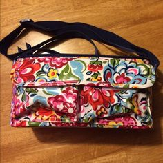 """Vera Bradley lunch box. Vera Bradley insulated lunch box in Hope Garden. 11""""W x 6.5""""D x 6""""H. Adjustable strap 10""""-22"""". Two exterior velcro pockets. Some small interior stains. From a smoke free home. Vera Bradley Bags"""