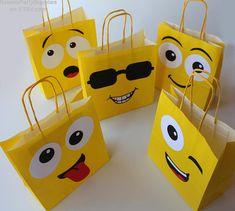 Emoji Smiley bags Emoji birthday party decorations for 6th Birthday Parties, Diy Birthday, Birthday Party Decorations, Party Themes, Emoji Decorations, Emoji Theme Party, Decorated Gift Bags, Instagram Party, Party Bags
