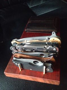 epicedc: EDC rack I want this What Is Edc, Best Pocket Knife, Pocket Knives, Survival, Small Wood Projects, Edc Everyday Carry, Edc Knife, Edc Gear, Man Room