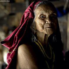 MYANMAR/THAILANDIA  #FotoDelGiorno Nomaeh ha 70 anni ed è una rifugiata del #Myanmar. Oggi vive con sua figlia e i suoi nipoti nel campo #rifugiati Ban Mai Noi Soi, in #Thailandia.    Attualmente, i rifugiati del Myanmar in Thailandia sono almeno 135mila.