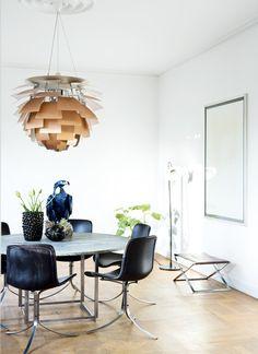 Funkishus i særklasse | Spisebordssæt bestående af PK54 og PK9. Vaser af Axel Salto og lamper af Poul Henningsen. Skamlen hedder PK91