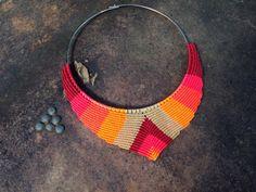 Création collier macramé en forme de V avec par RitaPratesCaetano