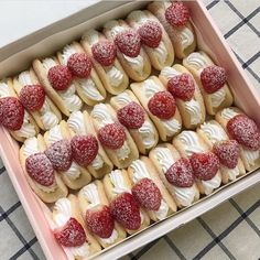 Find images and videos about food, sweet and yummy on We Heart It - the app to get lost in what you love. Cute Desserts, Delicious Desserts, Dessert Recipes, Good Food, Yummy Food, Healthy Food, Snacks Saludables, Think Food, Cafe Food
