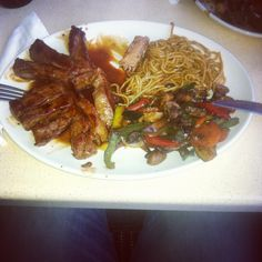 Tappanyaki sirlion steak with low gi noodles andixed vegetables. www.fitness101.co.za #nutrition #diet #fitness #health Sirlion Steak, Low Gi Diet, Stomach Fat Loss, Nutrition Diet, Diets For Women, Atkins, Japchae, Noodles, Weight Loss