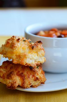 Copycat cheddar bay biscuits made with Bisquick. Very similar to the cheddar garlic drop biscuits on the back of the box, but with a couple of twists. I Love Food, Good Food, Yummy Food, Food Network, Tapas, Fingers Food, Cheddar Bay Biscuits, Cheese Biscuits, Cheddar Cheese