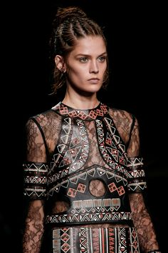 Valentino Spring 2016 Ready-to-Wear Fashion Show Details Arab Fashion, High Fashion, Fashion Show, Fashion Design, Valentino Paris, Spring Summer 2016, Beautiful Gowns, Ready To Wear, Vogue