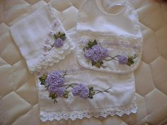 LOY HANDCRAFTS, TOWELS EMBROYDERED WITH SATIN RIBBON ROSES: Lindo conjunto para menina