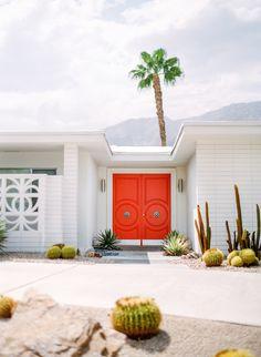 Orange doors entryway - Quintessential Palm Springs home exterior. Palm Springs Häuser, Palm Springs Style, Palm Springs California, Modern Exterior, Exterior Design, Palm Springs Mid Century Modern, Mid Century Exterior, Desert Homes, Exterior Paint Colors