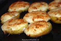 Wil je eens wat anders op tafel zetten dan een gekookte aardappel? Probeer dan deze gevulde aardappels uit de oven. Een makkelijk en feestelijk bijgerecht! Healthy Dessert Recipes, Vegetarian Recipes, Cooking Recipes, Healthy Food, Love Food, A Food, Cheddar, Potato Side Dishes, Dutch Recipes