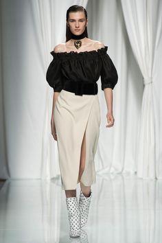 Emanuel Ungaro Spring 2017 Ready-to-Wear Fashion Show - Irina Djuranovic