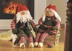Nissefar og nissemor hygger sig foran pejsen, før juletravlheden for alvor sætter ind 1st Christmas, All Things Christmas, Christmas Crafts, Christmas Knitting, Christmas Sweaters, Crochet Christmas, Chrochet, Holidays And Events, Ronald Mcdonald